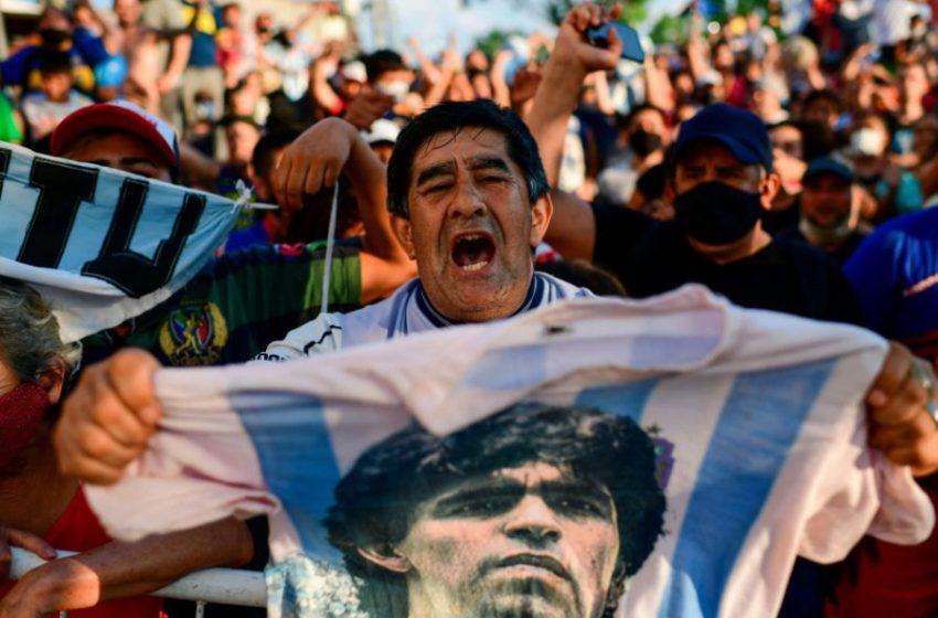 Ντιέγκο Μαραντόνα: Θρηνεί ο πλανήτης – Χιλιάδες κόσμου στους δρόμους σε Αργεντινή και Νάπολη (vid)
