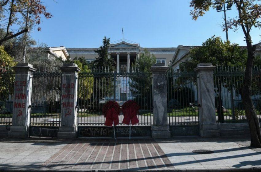 Πολυτεχνείο: Απαγόρευσαν στον Δικηγορικό Σύλλογο Αθηνών να καταθέσει στεφάνι (pic)