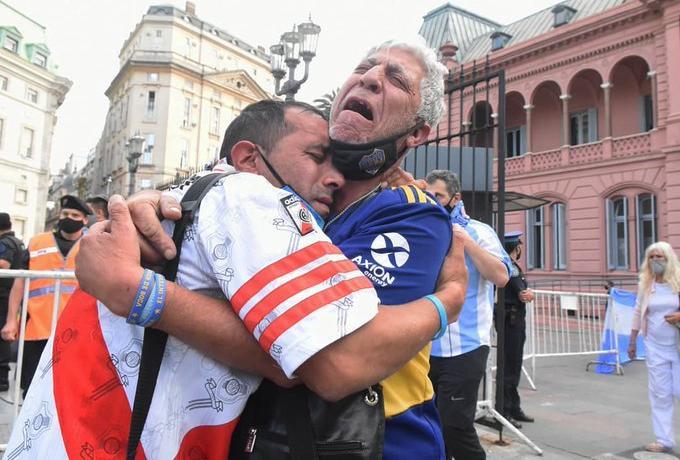 Μόνο ο Μαραντόνα: Αγκαλιασμένοι θρηνούν οπαδοί της Ρίβερ και της Μπόκα (εικόνες)