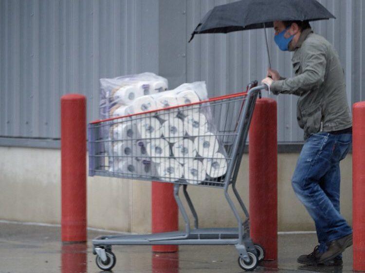 Βρετανία: Άδειασαν τα σούπερ μάρκετ ενόψει lockdown -Σταματούν τα διεθνή ταξίδια