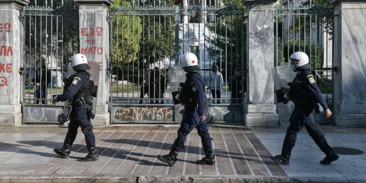 """Στα ύψη η πολιτική σύγκρουση για την απαγόρευση συναθροίσεων- ΣΥΡΙΖΑ: """"Χουντικής εμπνεύσεως""""- Πέτσας: Υπηρέτης δύο αφεντάδων ο Τσίπρας"""""""