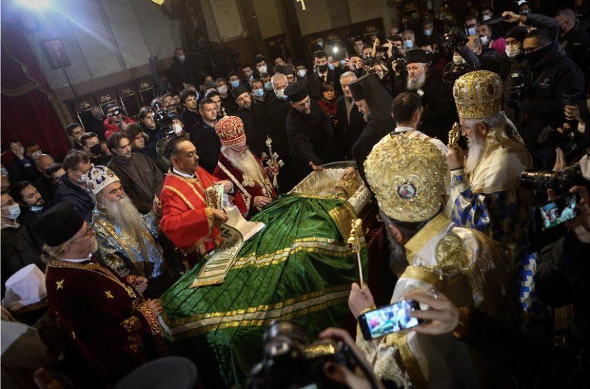 Ασύλληπτες εικόνες από το λαϊκό προσκύνημα του Πατριάρχη Ειρηναίου στην Σερβία – Χωρίς μάσκες ο ένας πάνω στον άλλον (vid)