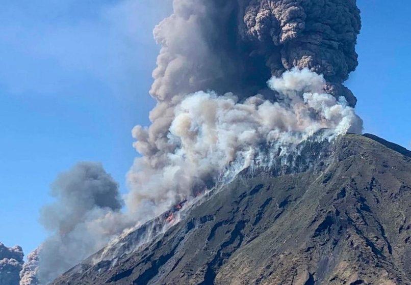 Ισχυρή έκρηξη στο ηφαίστειο Στρόμπολι ανοιχτά της Σικελίας  (vids)