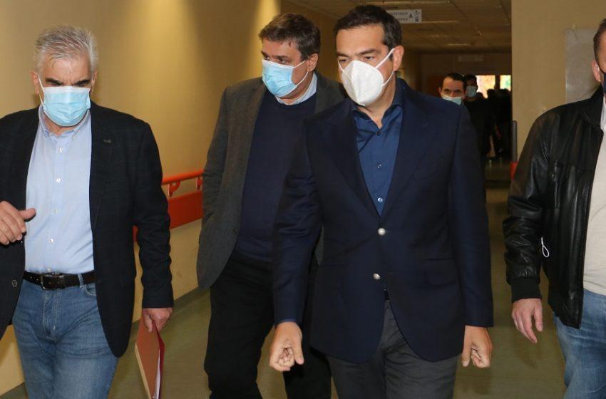 """Στη Λάρισα ο Αλ. Τσίπρας – """"Ο κ. Μητσοτάκης έχει πλέον την απόλυτη ευθύνη για ό,τι συμβεί στην χώρα από την πανδημία"""""""