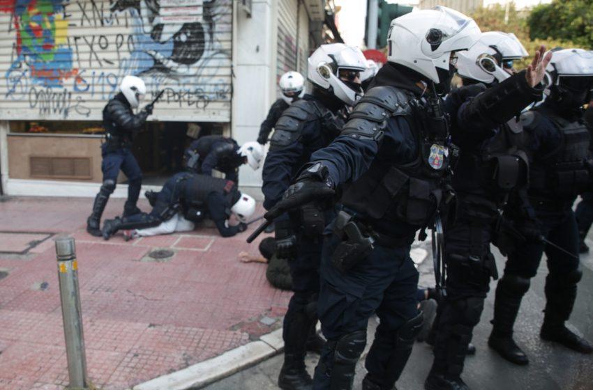 Σοβαρή καταγγελία ότι αστυνομικοί ξυλοκόπησαν διαδηλωτή και την αδελφή του μέσα στο σπίτι τους – Υπέστη καρδιακό επεισόδιο ο πατέρας τους