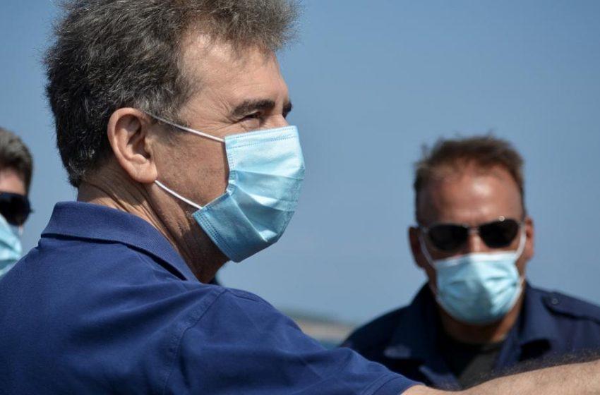 """Πολιτική κόντρα για τη δήλωση Χρυσοχοϊδη πως """"ο ιός δεν μεταδίδεται σε εξωτερικούς χώρους"""""""