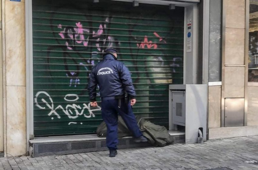 Αστυνομικός κλωτσά άστεγο στην Ερμού – Ξεχειλίζει από αγανάκτηση το Twitter