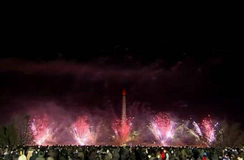 Βόρεια Κορέα: Λαοθάλασσα στους δρόμους για την Πρωτοχρονιά – Δεν έχουμε κρούσματα, λέει η Πιονγκιάνγκ (vid)