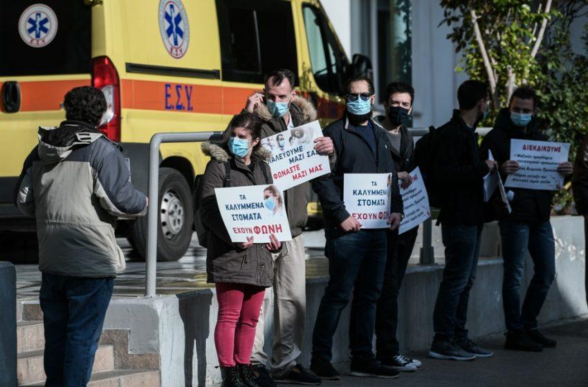 Ευαγγελισμός: Μέσα εμβολιασμοί, έξω διαμαρτυρία εργαζομένων (pic)