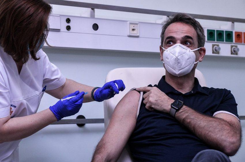 Εμβολιάστηκε ο Κυριάκος Μητσοτάκης – Παρουσία του Σωτήρη Τσιόδρα (vid)