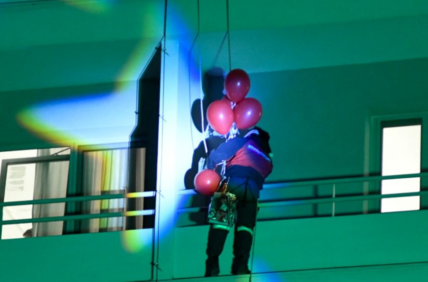 Πυροσβέστες ντυμένοι «Άγιοι Βασίληδες» μοίρασαν δώρα στα μπαλκόνια νοσοκομείου στην Πάτρα