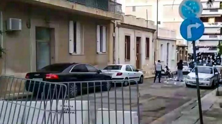 Ένταση και επεισόδια έξω από το Α.Τ. Κολονού. – 4 αστυνομικοί τραυματίστηκαν