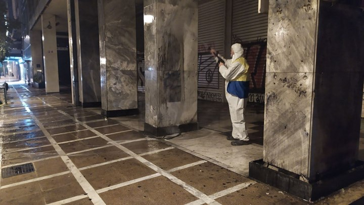 """Επιχείρηση """"αντιγκράφιτι"""" από τον Δήμο Αθηναίων σε Σταδίου, Ομόνοια, Σύνταγμα (εικόνες)"""