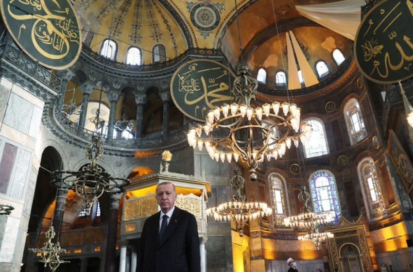 Aσύλληπτη πρόκληση Ερντογάν: Κρέμασε το Κοράνι στην Αγιά Σοφιά (vid)