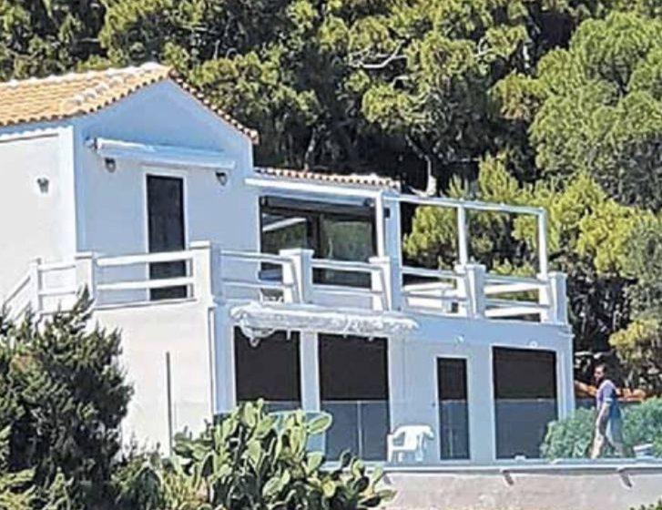 """Τι γράφουν τα """"Νέα"""" για το σπίτι Τσίπρα στο Σούνιο- """"Αυγή"""": Ζήλεψαν τη δόξα του """"Μακελειού"""""""