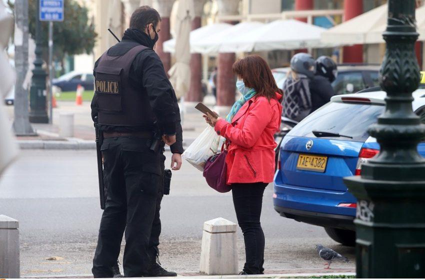 """Πρωτόγνωρες εικόνες: """"Ντου"""" αστυνομίας σε σπίτια ακόμη και με ανώνυμες καταγγελίες, αποκλεισμός δρόμων"""