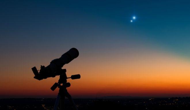 "Aπόψε η σπάνια ""σύνοδος Κρόνου και Δία""- Θεωρείται ότι μπορεί να είναι το ""Άστρο της Βηθλέεμ"""