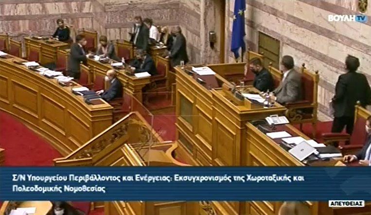 """""""Έκρηξη"""" του βουλευτή Γιώργου Βλάχου στη Βουλή – Ανέβηκε στα υπουργικά έδρανα και άρχισε καβγά με τον Υφυπουργό Δ. Οικονόμου (vid)"""