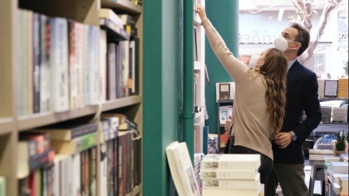 Σε βιβλιοπωλείο με την κόρη του Δάφνη ο Κυριάκος Μητσοτάκης