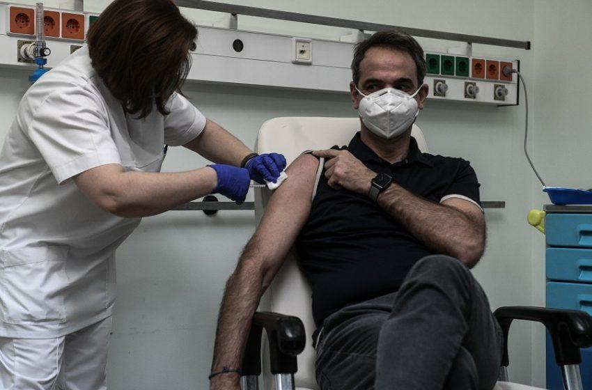 """Ανόητες θεωρίες συνωμοσίας: """"Ο πρωθυπουργός έκανε φυσιολογικό ορό αντί για εμβόλιο"""" – Η νοσηλεύτρια Ε. Πετράκα απαντά: """"Έχετε μαύρα μεσάνυχτα"""""""