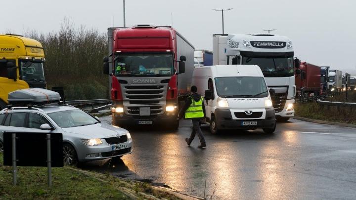 Οργή και συμπλοκές στο Ντόβερ – Aποκλεισμένοι οδηγοί απαιτούν να φύγουν από τη Βρετανία