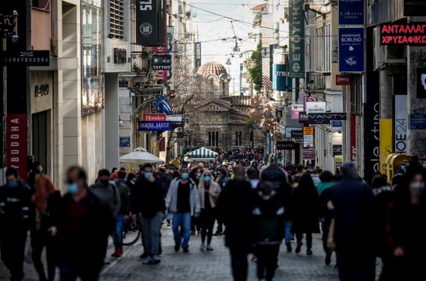 Τα ανοιχτά καταστήματα έβγαλαν τον κόσμο στον δρόμο – Κίνηση σε Αθήνα και Θεσσαλονίκη
