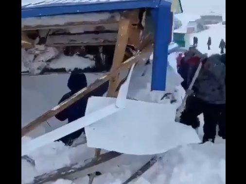 Ρωσία: Χιονοστιβάδα σε χιονοδρομικό κέντρο – Πάνω από 20 εγκλωβισμένοι (vid)