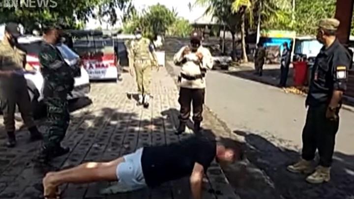 Μπαλί: Τιμωρούν τους τουρίστες που δεν φορούν μάσκα με… push ups (vid)