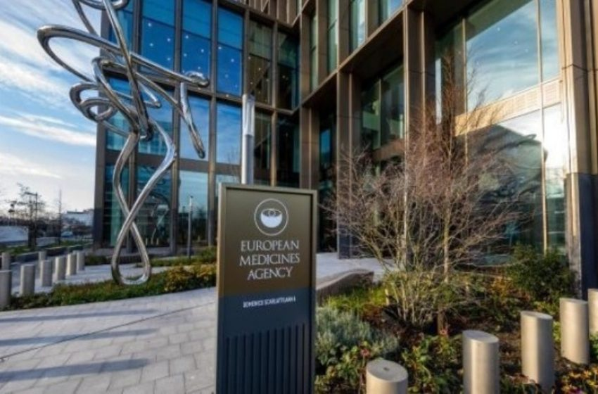 """Νέα ανατροπή με το εμβόλιο AstraZeneca: Ο EMA """"μαζεύει"""" τον αξιωματούχο – Κομισιόν: Την Τετάρτη η απόφαση"""