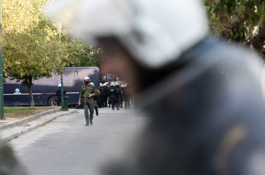 Απαγόρευση συγκεντρώσεων: Η κυβέρνηση δείχνει τους… λοιμωξιολόγους οι οποίοι διαψεύδουν – Οικονόμου: Πρόκειται για… χαλάρωση