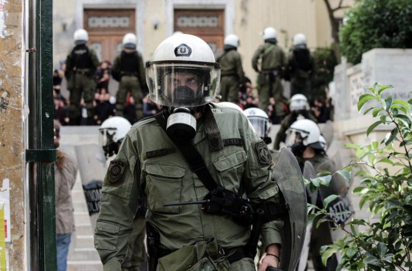 """Αστυνομικοί με οπλισμό στα ΑΕΙ; Η αποκάλυψη του """"Βήματος"""" προκαλεί αντιδράσεις- Για όπλα """"ατομικής προστασίας"""" μιλά ο Χρυσοχοϊδης"""