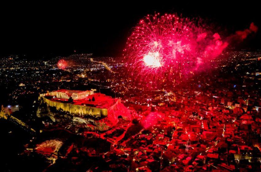 2021: Έτσι το υποδέχθηκε η Αθήνα – Εντυπωσιακά πυροτεχνήματα, φαντασμαγορικό σόου (εικόνες)