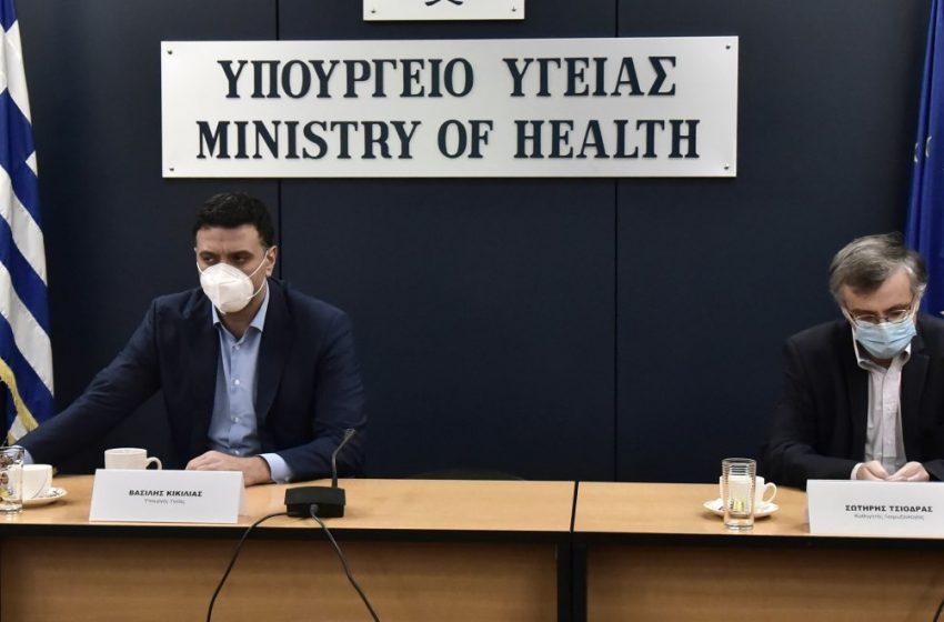 Κικίλιας και Τσιόδρας ενημερώνουν τα κόμματα για πανδημία και εμβόλια