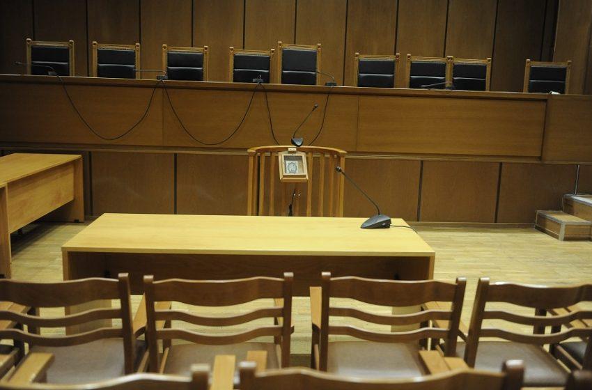 Δικηγόροι στα… κάγκελα για τη συνέχιση του lockdown στα δικαστήρια