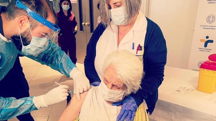Μια 96χρονη επιζήσασα του Ολοκαυτώματος από τις πρώτες που εμβολιάστηκαν