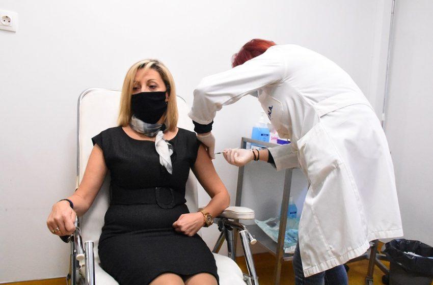 Εμβολιασμοί στους υγειονομικούς: Ελλείψεις εμβολίων καταγγέλλει στο libre ο  πρόεδρος της ΠΟΕΔΗΝ- Τι απαντά ο Β. Κοντοζαμάνης- Η κατάσταση στα νοσοκομεία