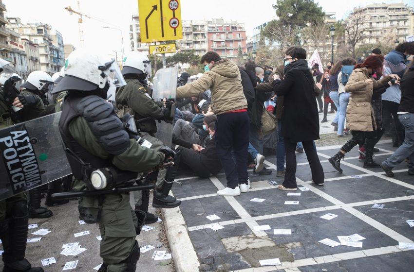 Θεσσαλονίκη: Επεισόδια στο φοιτητικό συλλαλητήριο – Χημικά και προσαγωγές (vids)