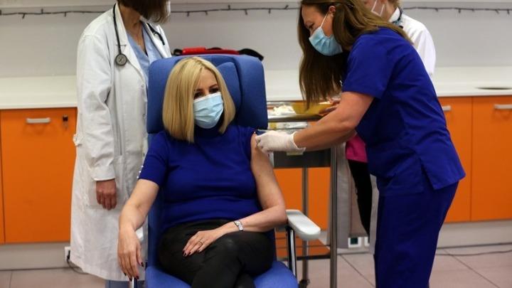 """Εμβολιάστηκε η Φώφη Γεννηματά: """"Με το εμβόλιο η ελπίδα επιστρέφει"""""""