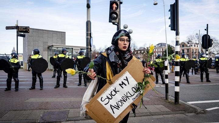 Η ολλανδική αστυνομία διέλυσε πλήθος διαδηλωτών κατά του λοκντάουν