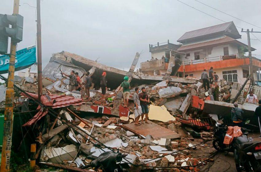 Σεισμός 6,2 Ρίχτερ: Νεκροί και εγκλωβισμένοι κάτω από συντρίμμια στην Κελέβη της Ινδονησίας