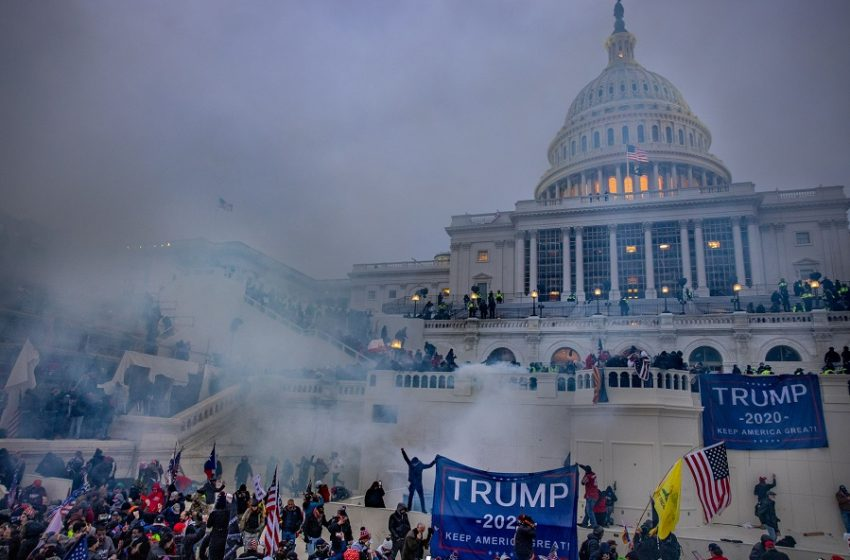 New York Times: Πώς οργανώθηκε η αιματηρή εισβολή των οπαδών του Τραμπ στο Καπιτώλιο – Εικόνες χάους, 4 νεκροί (vid)