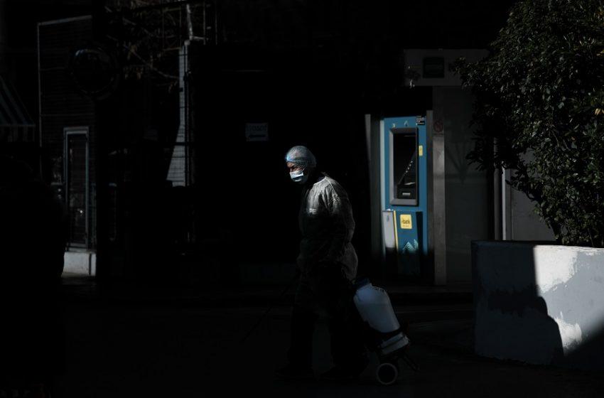 """Συναγερμός στην Αττική: Μεταλλαγμένο στέλεχος σε """"ορφανά"""" κρούσματα – Ανησυχία Δερμιτζάκη για το εμβόλιο στις νέες μορφές του ιού"""