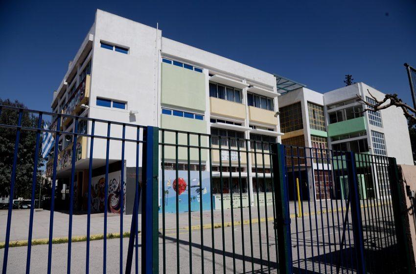 """Σύγχυση για τα σχολεία: Κυβερνητικές ανακοινώσεις για άνοιγμα όλων των βαθμίδων χωρίς το """"πράσινο φως"""" της επιτροπής (vid)"""