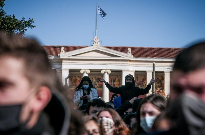 """Πανεκπαιδευτικό συλλαλητήριο στα Προπύλαια – Κλείνει ο σταθμός του μετρό """"Πανεπιστήμιο"""""""