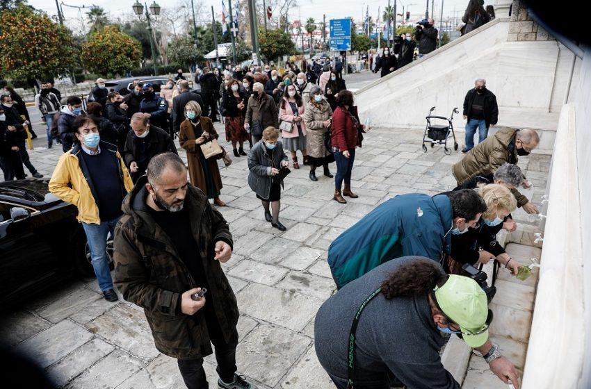 Αύξηση κρουσμάτων, παράταση μέτρων: Υπό πίεση η κυβέρνηση, ανησυχούν οι ειδικοί