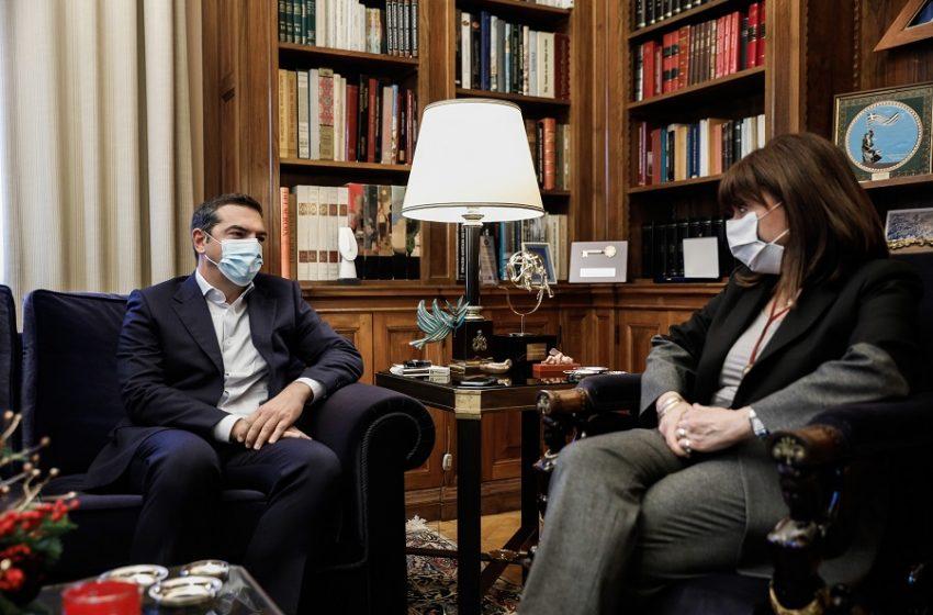 Ο διάλογος Τσίπρα – Σακελλαροπούλου μπροστά στις κάμερες