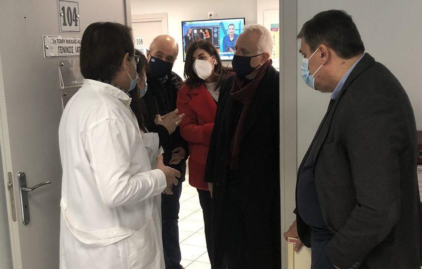 Επίσκεψη Ξανθού σε εμβολιαστικό κέντρο στη Νίκαια: Οι μαζικοί εμβολιασμοί κατά του SARS-CoV-2 είναι ένα εγχείρημα που πρέπει να πετύχει