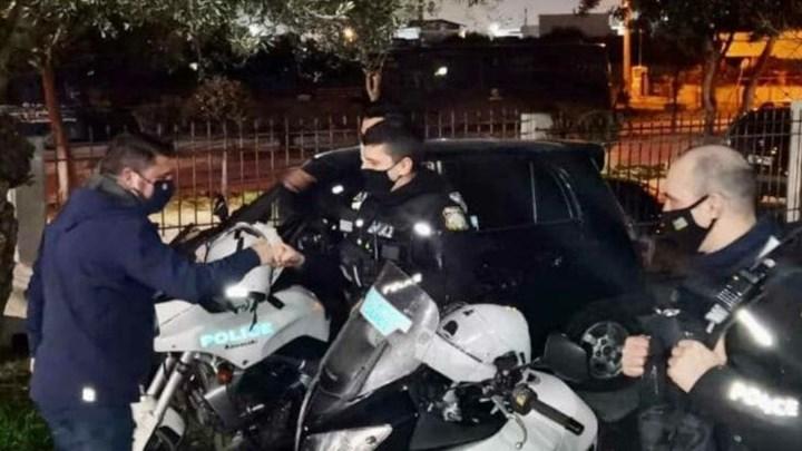Στο δρόμο με πυροσβέστες και αστυνομικούς έκανε Πρωτοχρονιά ο Νίκος Χαρδαλιάς (εικόνες)
