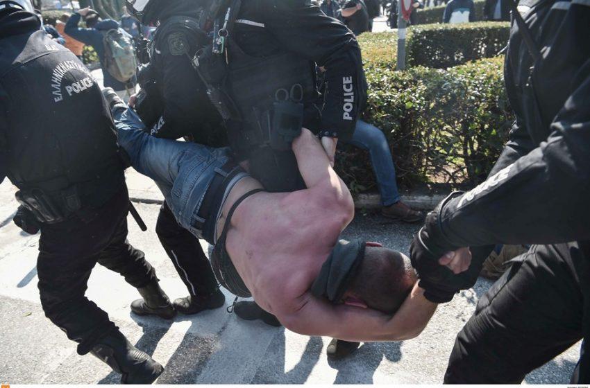Eπεισόδια στο ΑΠΘ: Αστυνομικοί σέρνουν διαδηλωτή ημίγυμνο (vids)