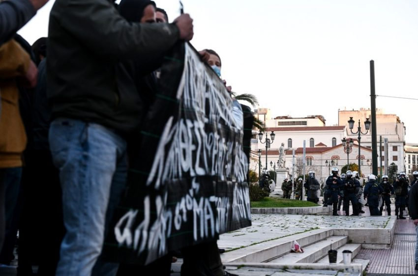 Eπεισόδια στην πορεία για τον Κουφοντίνα στο κέντρο της Αθήνας